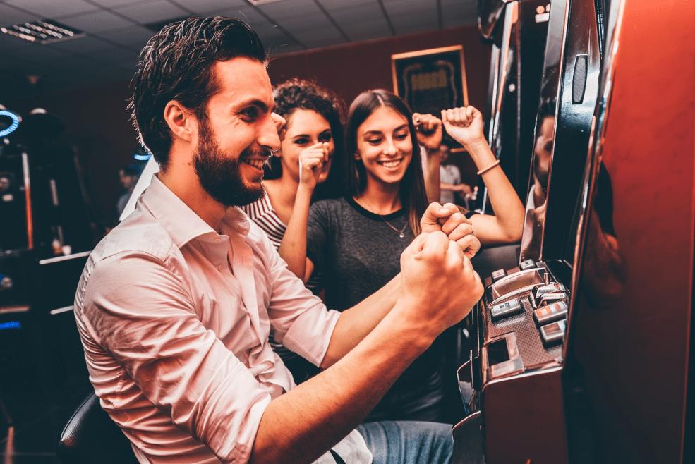 Spillemaskiner er sjove. Men chancerne for gevinst er ikke særlig høje i forhold til traditionelle casino-spil online.